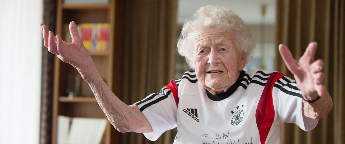Pressefotografie 109. Geburtstag, Trikot mit Widmung von Mario Gomez für Herta Oeser Pfullingen